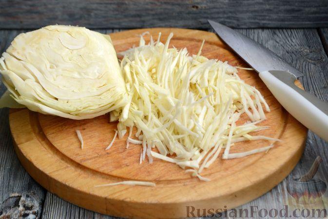 Фото приготовления рецепта: Капуста, тушенная с мясным фаршем и яблоками - шаг №3