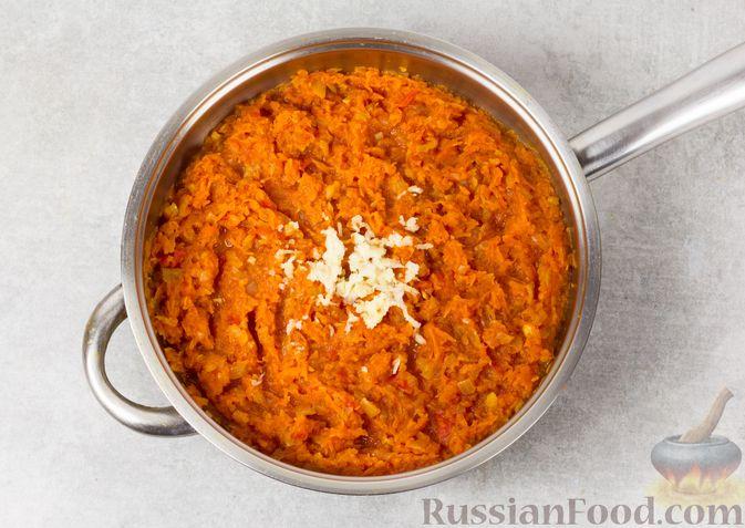 Фото приготовления рецепта: Икра из тыквы с помидорами и чесноком - шаг №7