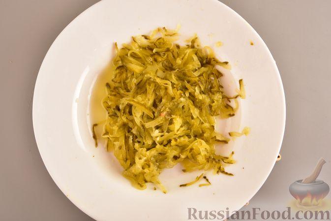 Фото приготовления рецепта: Куриный суп с картофелем и луково-мучной заправкой - шаг №3