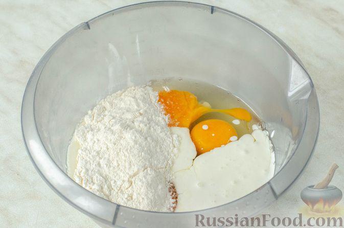Фото приготовления рецепта: Киш из слоёного теста с крабовыми палочками, пекинской капустой и луком-пореем - шаг №3
