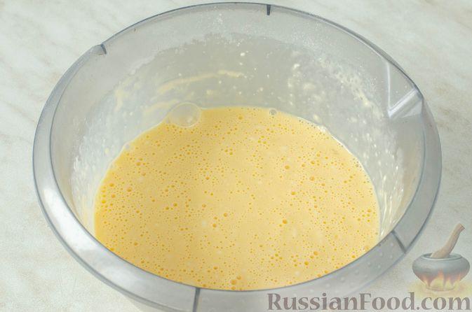 Фото приготовления рецепта: Киш из слоёного теста с крабовыми палочками, пекинской капустой и луком-пореем - шаг №4