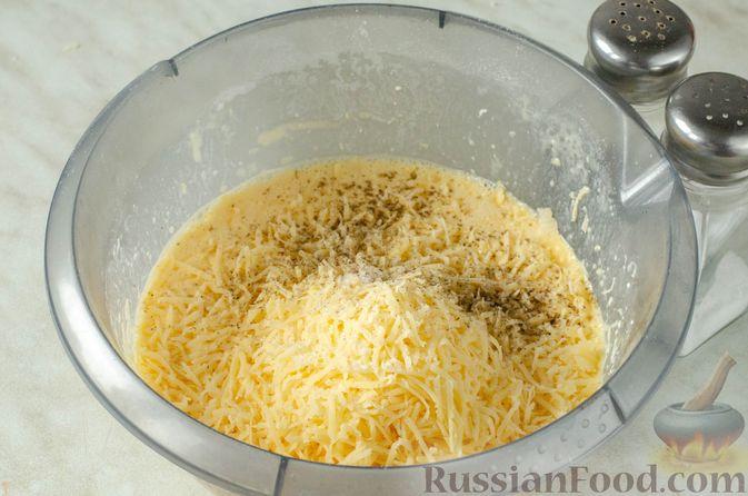 Фото приготовления рецепта: Киш из слоёного теста с крабовыми палочками, пекинской капустой и луком-пореем - шаг №5