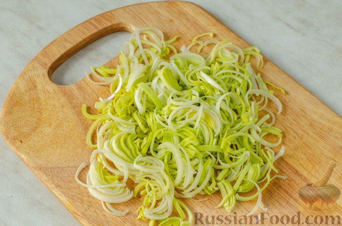 Фото приготовления рецепта: Киш из слоёного теста с крабовыми палочками, пекинской капустой и луком-пореем - шаг №6