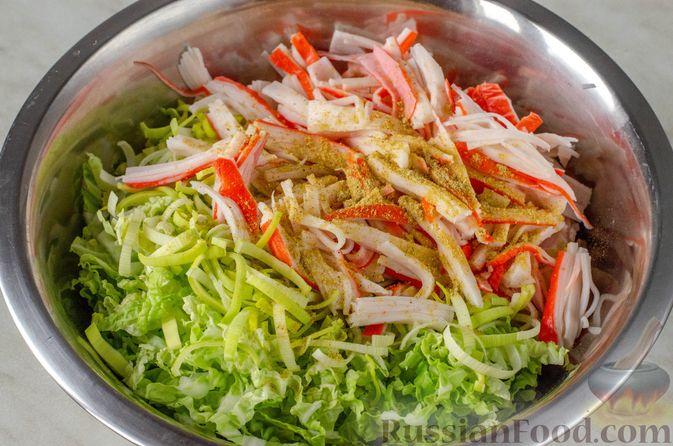 Фото приготовления рецепта: Киш из слоёного теста с крабовыми палочками, пекинской капустой и луком-пореем - шаг №8