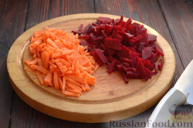 Фото приготовления рецепта: Красный борщ с вишней и орехами - шаг №3