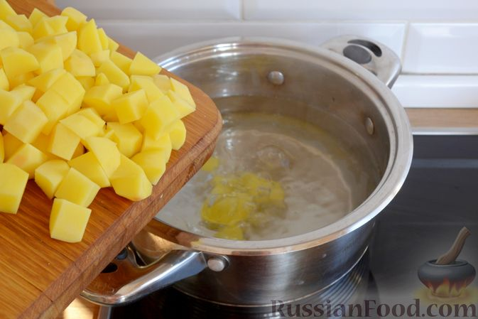 Фото приготовления рецепта: Красный борщ с вишней и орехами - шаг №10