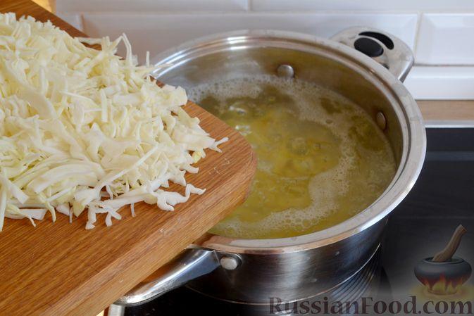 Фото приготовления рецепта: Красный борщ с вишней и орехами - шаг №12