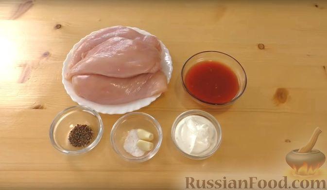 Фото приготовления рецепта: Слоёный салат со свёклой, кукурузой, колбасой и маринованными огурцами - шаг №6