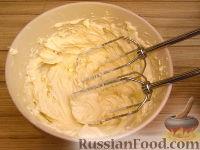 Фото приготовления рецепта: Масляный основной крем на сгущенном молоке - шаг №5