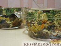 Фото к рецепту: Салат «Анастасия» с морковью, грибами и орехами