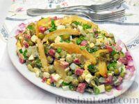 Фото к рецепту: Салат с жареным картофелем, маринованными огурцами, колбасой и зелёным горошком
