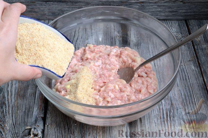 Фото приготовления рецепта: Запечённые мясные фрикадельки, тушенные в вишнёвом соусе - шаг №4