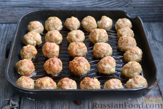 Фото приготовления рецепта: Запечённые мясные фрикадельки, тушенные в вишнёвом соусе - шаг №10