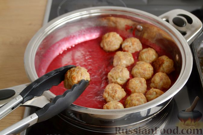 Фото приготовления рецепта: Запечённые мясные фрикадельки, тушенные в вишнёвом соусе - шаг №11