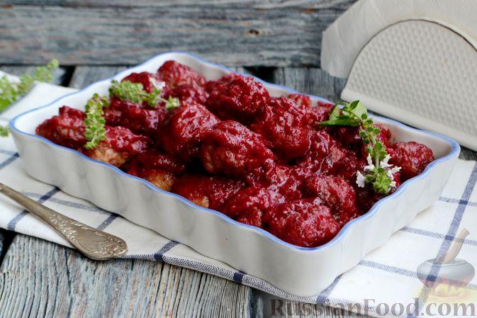 Фото приготовления рецепта: Запечённые мясные фрикадельки, тушенные в вишнёвом соусе - шаг №14