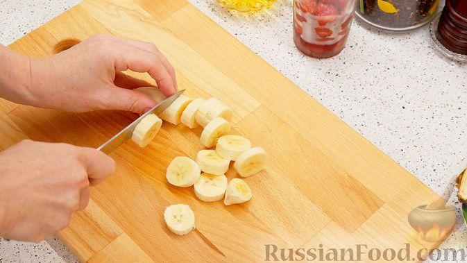 "Фото приготовления рецепта: Смузи ""Тутти-Фрутти"" из банана, апельсина и вишни - шаг №1"