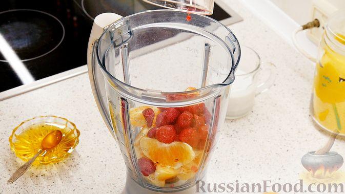 "Фото приготовления рецепта: Смузи ""Тутти-Фрутти"" из банана, апельсина и вишни - шаг №5"