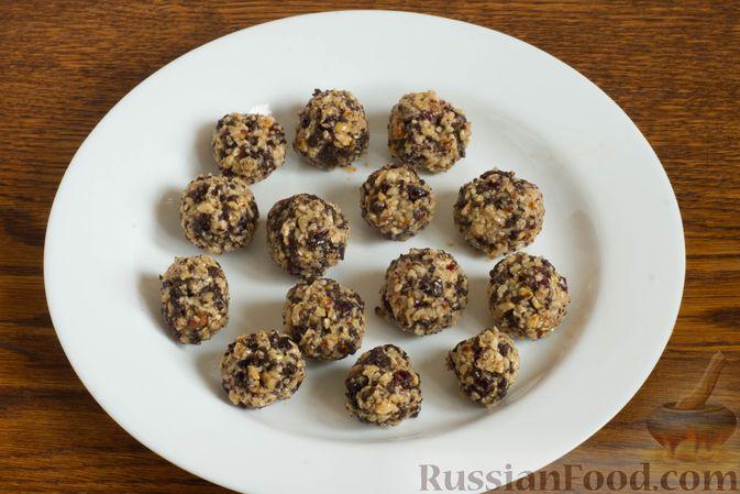 Фото приготовления рецепта: Конфеты с орехами, клюквой и шоколадом - шаг №7
