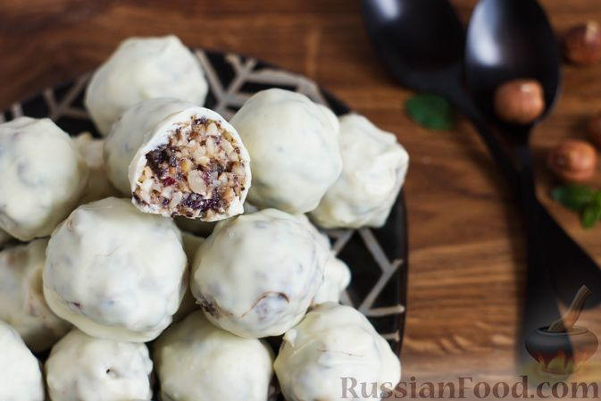 Фото к рецепту: Конфеты с орехами, клюквой и шоколадом