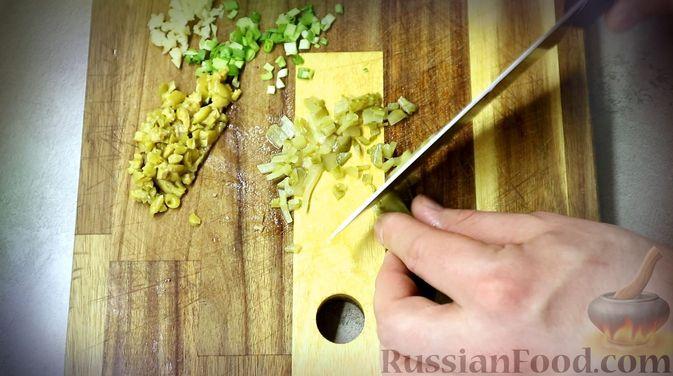 "Фото приготовления рецепта: Соус ""Тартар"" с огурцами, оливками и чесноком - шаг №4"