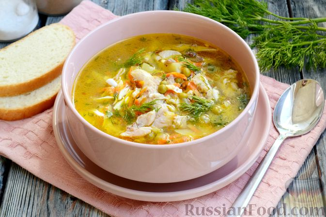 Фото к рецепту: Куриный суп с консервированным горошком и яйцом