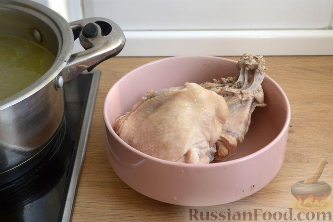 Фото приготовления рецепта: Куриный суп с консервированным горошком и яйцом - шаг №7