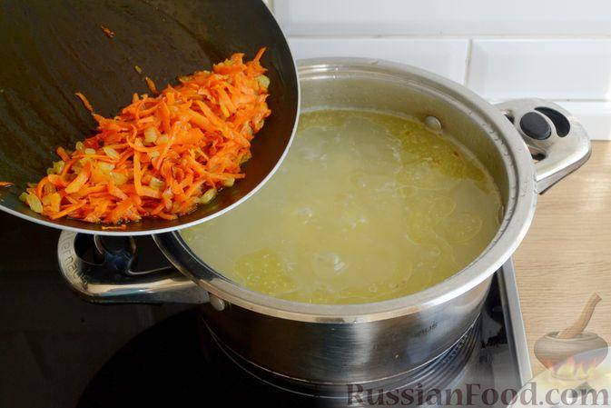 Фото приготовления рецепта: Куриный суп с консервированным горошком и яйцом - шаг №10