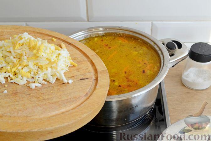 Фото приготовления рецепта: Куриный суп с консервированным горошком и яйцом - шаг №14