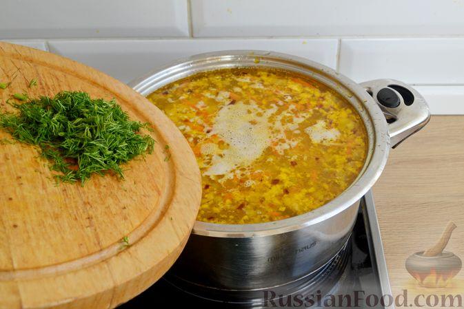 Фото приготовления рецепта: Куриный суп с консервированным горошком и яйцом - шаг №15