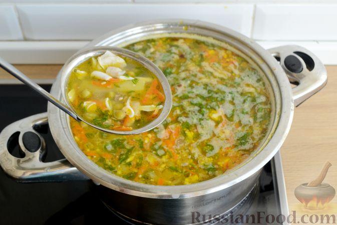 Фото приготовления рецепта: Куриный суп с консервированным горошком и яйцом - шаг №16