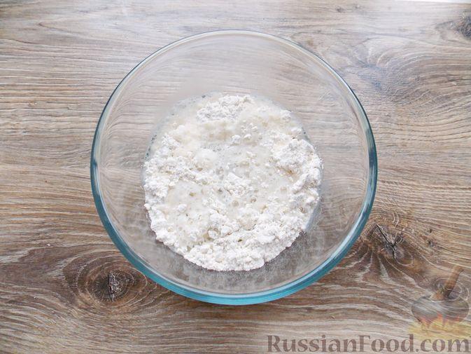 Фото приготовления рецепта: Дрожжевой пирог с картошкой, грибами и зелёным луком - шаг №2