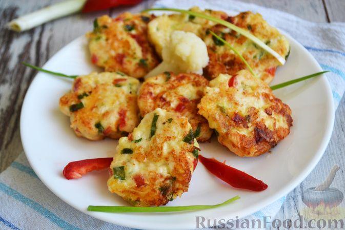 Фото к рецепту: Рубленые куриные котлеты с цветной капустой, сладким перцем и сыром