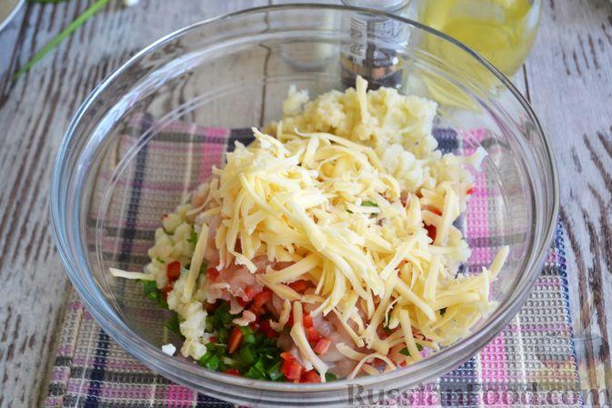 Фото приготовления рецепта: Рубленые куриные котлеты с цветной капустой, сладким перцем и сыром - шаг №4