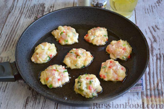 Фото приготовления рецепта: Рубленые куриные котлеты с цветной капустой, сладким перцем и сыром - шаг №7