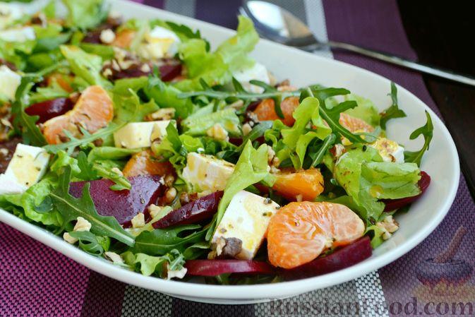 Фото к рецепту: Салат из запечённой свёклы с мандаринами, фетой и грецкими орехами