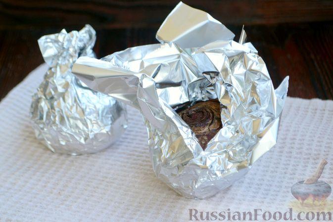 Фото приготовления рецепта: Салат из запечённой свёклы с мандаринами, фетой и грецкими орехами - шаг №2