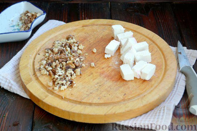 Фото приготовления рецепта: Салат из запечённой свёклы с мандаринами, фетой и грецкими орехами - шаг №6