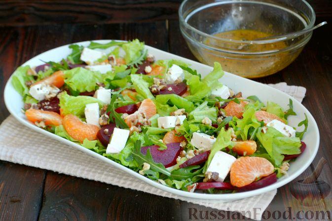 Фото приготовления рецепта: Салат из запечённой свёклы с мандаринами, фетой и грецкими орехами - шаг №10