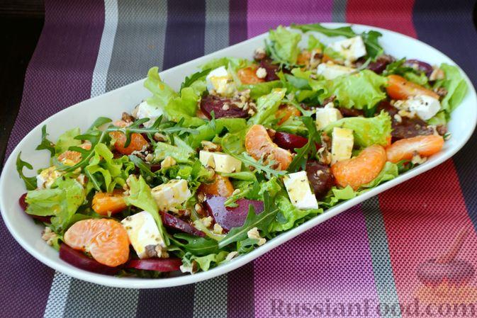 Фото приготовления рецепта: Салат из запечённой свёклы с мандаринами, фетой и грецкими орехами - шаг №11