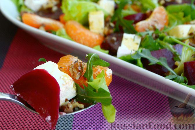 Фото приготовления рецепта: Салат из запечённой свёклы с мандаринами, фетой и грецкими орехами - шаг №12