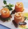 Фото к рецепту: Копченая семга со сливочным сыром