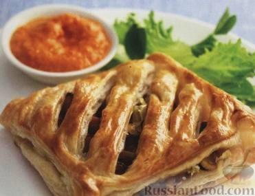 Рецепт Слоеные пироги с грибами, сыром и красным соусом песто