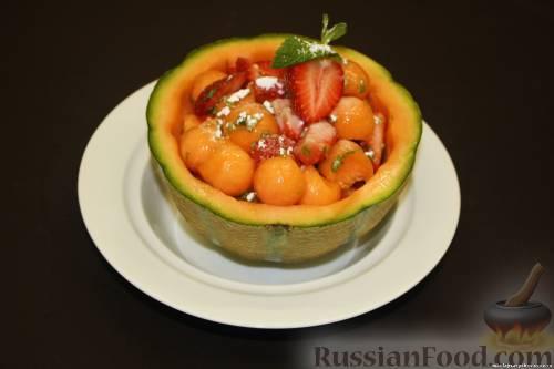 Фото к рецепту: Дыня с клубникой и мятой