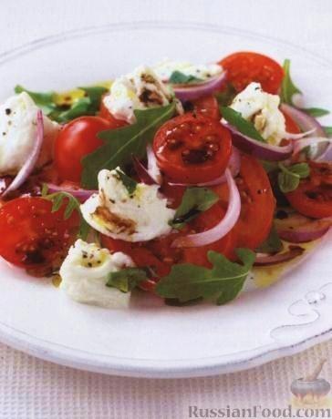 Рецепт Салат из помидоров, красного лука и свежего сыра