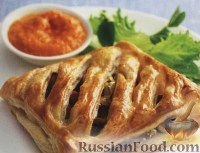 Фото к рецепту: Слоеные пироги с грибами, сыром и красным соусом песто
