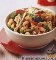 Фото к рецепту: Теплый салат с макаронами и курицей