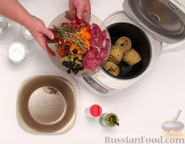 Фото приготовления рецепта: Закуска из малосольной скумбрии, маринованных огурцов и варёных яиц - шаг №2