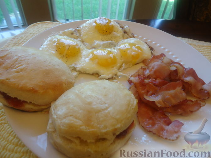Рецепт Завтрак - яйца с беконом и булочки (eggs, bacon and biscuits)