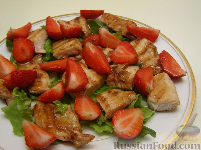 Фото к рецепту: Салат из курицы-гриль с клубникой