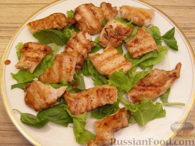 Фото приготовления рецепта: Салат из курицы-гриль с клубникой - шаг №7